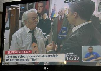 Aníbal Simão being interviewed by RTP in his barbershop.
